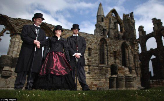 """Κάθε χρόνο πλήθος """"γκοθάδων"""" εισρέουν στο Whitby για το καθιερωμένο Goth Weekend."""